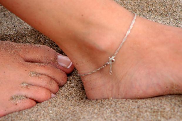ミサンガやアンクレットのつけ方!どちらの足首につけるかで意味が変わる!?